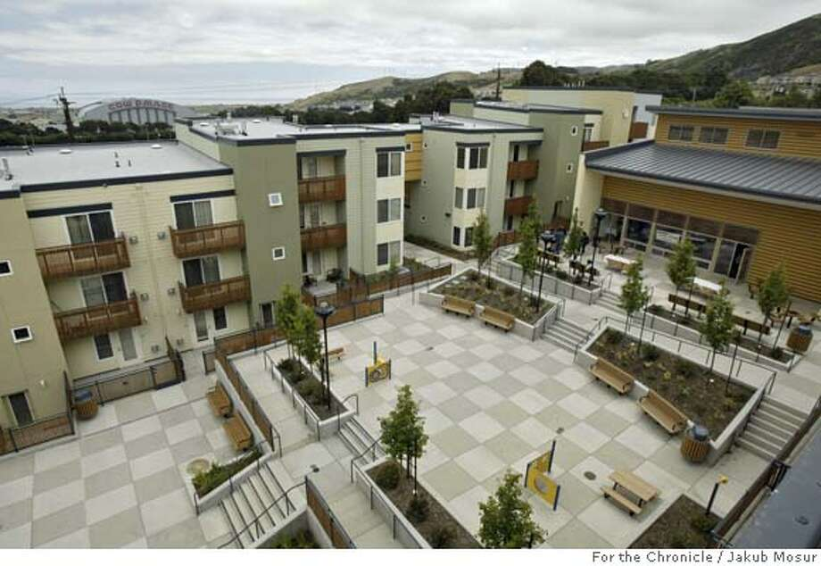 Housing27_02_JMM.JPG  Carter Terrace, a new affordable housing complex in Visitacion Valley on Saturday June 25, 2005. Event on 6/25/05 in San Francisco. JAKUB MOSUR / The Chronicle MANDATORY CREDIT FOR PHOTOG AND SF CHRONICLE/ -MAGS OUT Photo: JAKUB MOSUR
