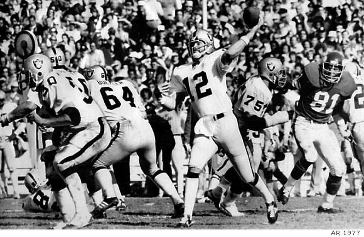 STABLER-C-16DEC99-SP-AP--Oakland Raiders Quarterback Ken Stabler gets off his pass behind perfect protection as the Raiders completed another pass in the Super Bowl against the Minnesota Vikings in 1977. PHOTO CREDIT: THE ASSOCIATED PRESS/1977. ALSO RAN 01/11/03 CAT