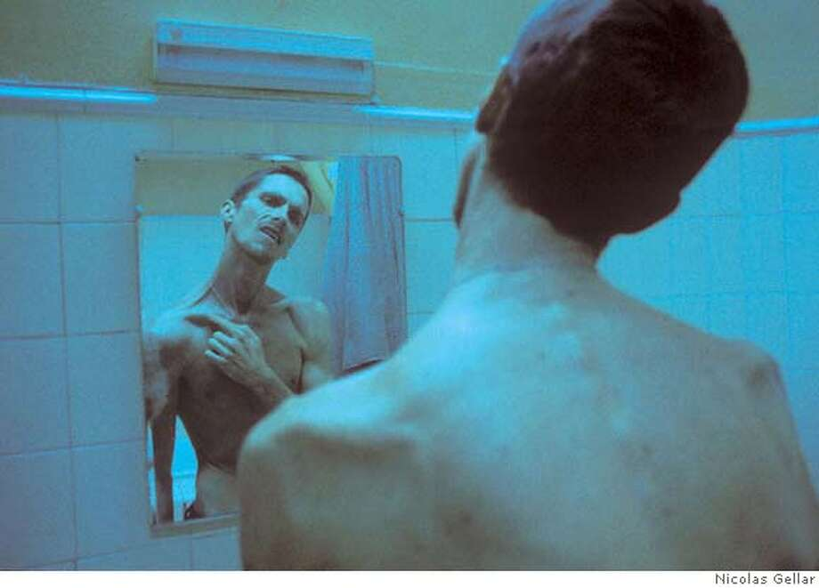 MACHINIST24 Christian Bale and Jennifer Jason Leigh in Paramount Classics THE MACHINIST, dirrected by Brad Anderson. Photo by: Nicolas Gellar Datebook#Datebook#Chronicle#11/24/2004#ALL#Advance##0422480582 Photo: Nicolas Gellar