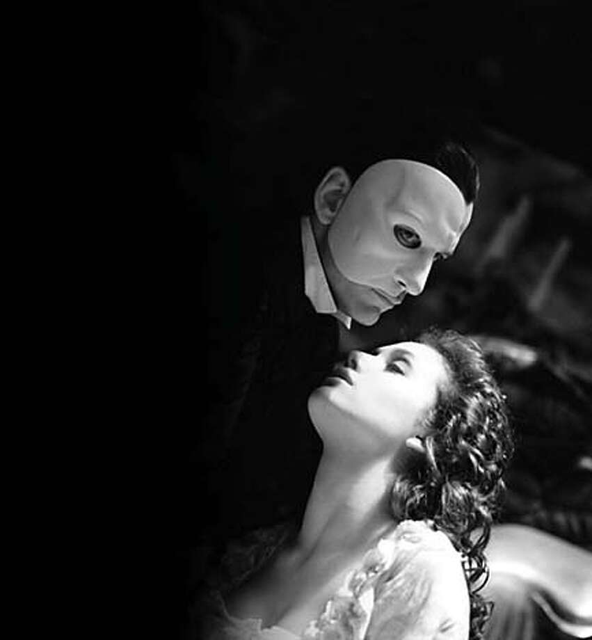 "GERARD BUTLER and EMMY ROSSUM in the musical drama ""Andrew Lloyd Webber's The Phantom of the Opera,"" distributed by Warner Bros. Pictures.  PHOTOGRAPHS TO BE USED SOLELY FOR ADVERTISING, PROMOTION, PUBLICITY OR REVIEWS OF THIS SPECIFIC MOTION PICTURE AND TO REMAIN THE PROPERTY OF THE STUDIO. NOT FOR SALE OR REDISTRIBUTION. Datebook#Datebook#SundayDateBook#11/21/2004#ALL#Advance##0422468760"