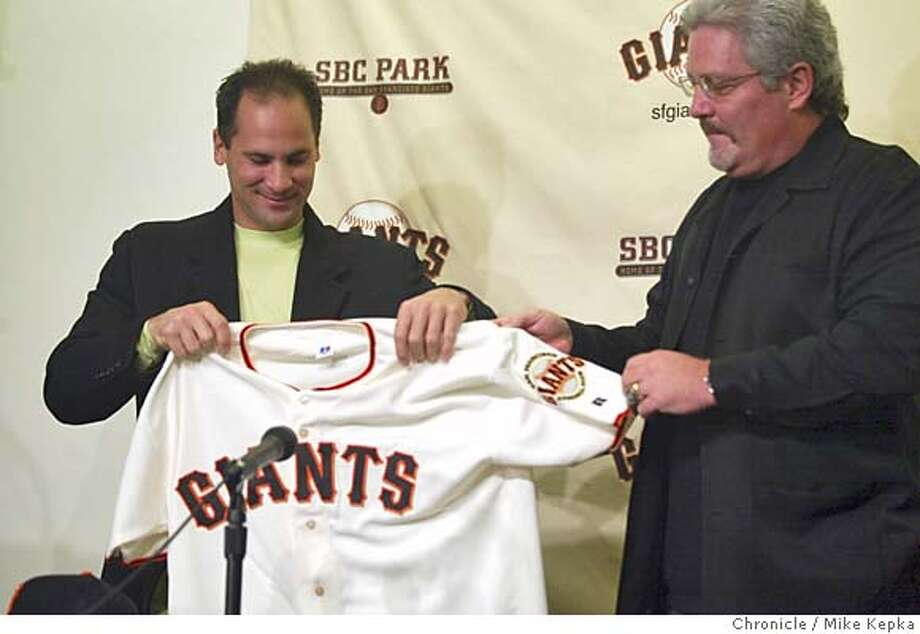 vizquel0053_mk.jpg With Giants General Manager, Brian Sabean to his right Omar Vizquel holds up his new jersey signifying the contract signed making him the San Francisco Giants new shortstop. 11/16/04  Mike Kepka/The Chronicle MANADATORY CREDIT FOR PHOTOG AND SF CHRONICLE/ -MAGS OUT Sports#Sports#Chronicle#11/17/2004#ALL#5star##0422470175 Photo: Mike Kepka