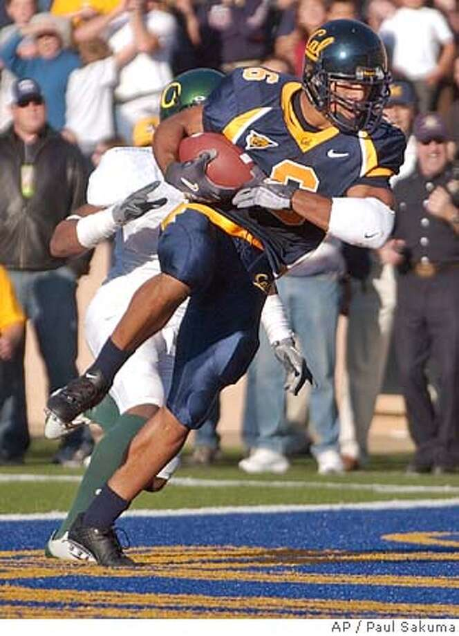 California wide receiver Geoff McArthur scores in front of unidentified Oregon player in the fourth quarter, Saturday, Nov. 6, 2004 in Berkeley, Calif. Cal defeated Oregon, 28-27. (AP Photo/Paul Sakuma) Sports#Sports#Chronicle#11/12/2004#ALL#5star##0422454562 Photo: PAUL SAKUMA