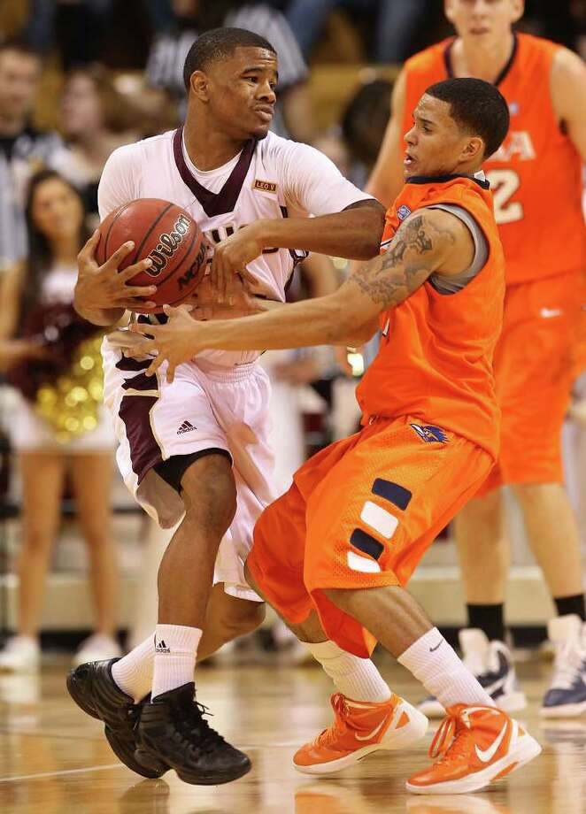 Texas State's Vonn Jones (01) uses his elbow to keep UTSA's Michael Hale, III (right) from closing in during their game in men's basketball in San Marcos on Saturday, Jan. 21, 2012. UTSA defeated Texas State, 80-75. Kin Man Hui/San Antonio Express-News Photo: Kin Man Hui, ~ / San Antonio Express-News