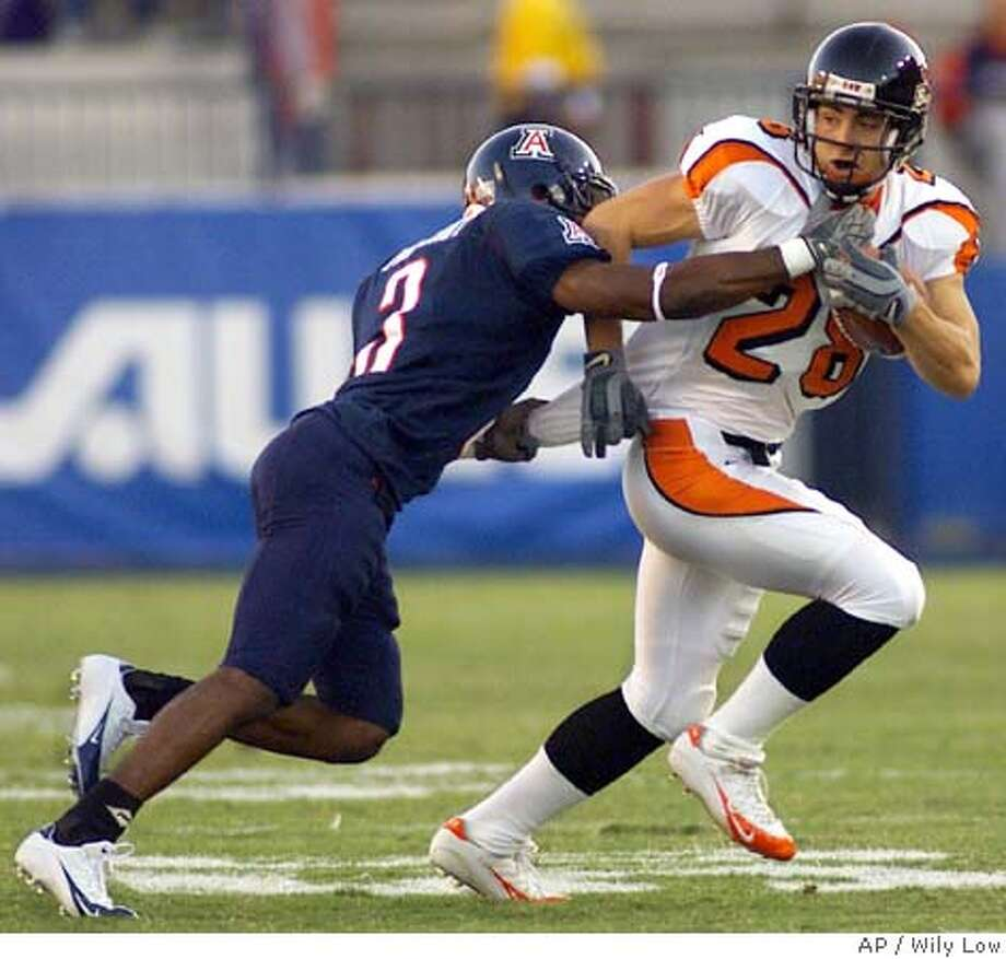 Oregon State's Mike Hass (28) tries to outrun the defense of Arizona's Wilrey Fontenot (3) during the second quarter in Tucson, Ariz., Saturday, Oct. 30, 2004. (AP Photo/Wily Low) Sports#Sports#Chronicle#11/12/2004#ALL#5star##0422441643 Photo: WILY LOW