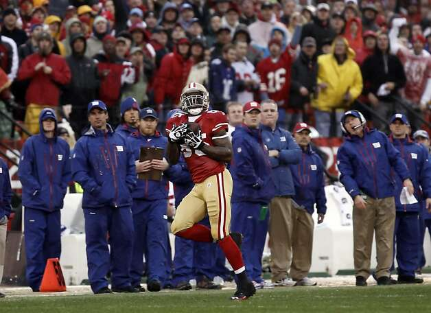 Vernon Davis catches a touchdown pass in the first quarter in front of the Giants sideline. The San Francisco 49ers played the New York Giants in the NFC Championship game at Candlestick Park in San Francisco, Calif., on Sunday, January 22, 2012. Photo: Michael Macor, The Chronicle