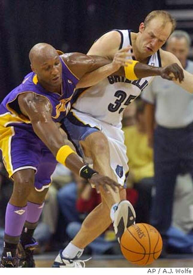 Los Angeles Lakers' Lamar Odom, left, and Memphis Grizzlies' Brian Cardinal go for a loose ball during the third quarter Wednesday, Nov. 10, 2004, in Memphis, Tenn. The Grizzlies won 110-87. (AP Photo/A.J. Wolfe) Sports#Sports#Chronicle#11/12/2004#ALL#5star##0422460952 Photo: A.J. WOLFE