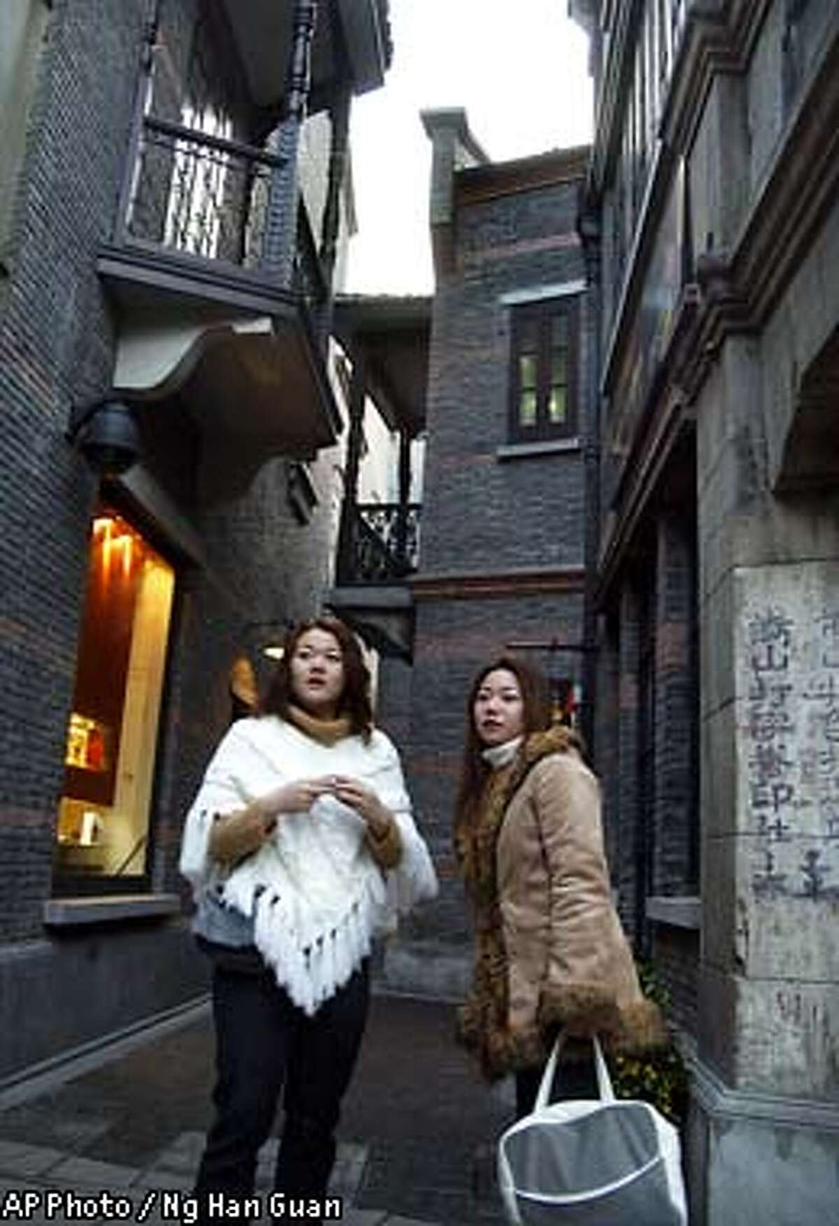 SPECIAL FOR THE SAN FRANCISCO CHRONICLE--Tourists at Xintiandi in Shanghai, Friday, Jan. 24, 2003. (AP Photo / Ng Han Guan)