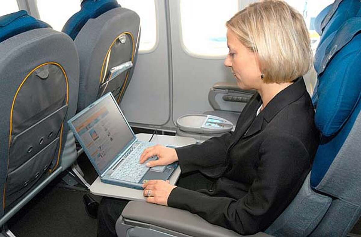 BOEING31_gadgets1.JPG Passenger using FlyNet / HO MANDATORY CREDIT FOR PHOTOG AND SF CHRONICLE/ -MAGS OUT Business#Business#Chronicle#10/31/2004#ALL#2star#C3#0422437694