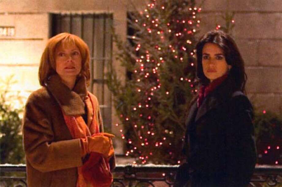 "Susan Sarandon and Penelope Cruz in ""Noel"" on 10/26/04 in . / HO MANDATORY CREDIT FOR PHOTOG AND SF CHRONICLE/ -MAGS OUT Datebook#Datebook#SundayDateBook#10-31-2004#ALL#Advance##0422433545"