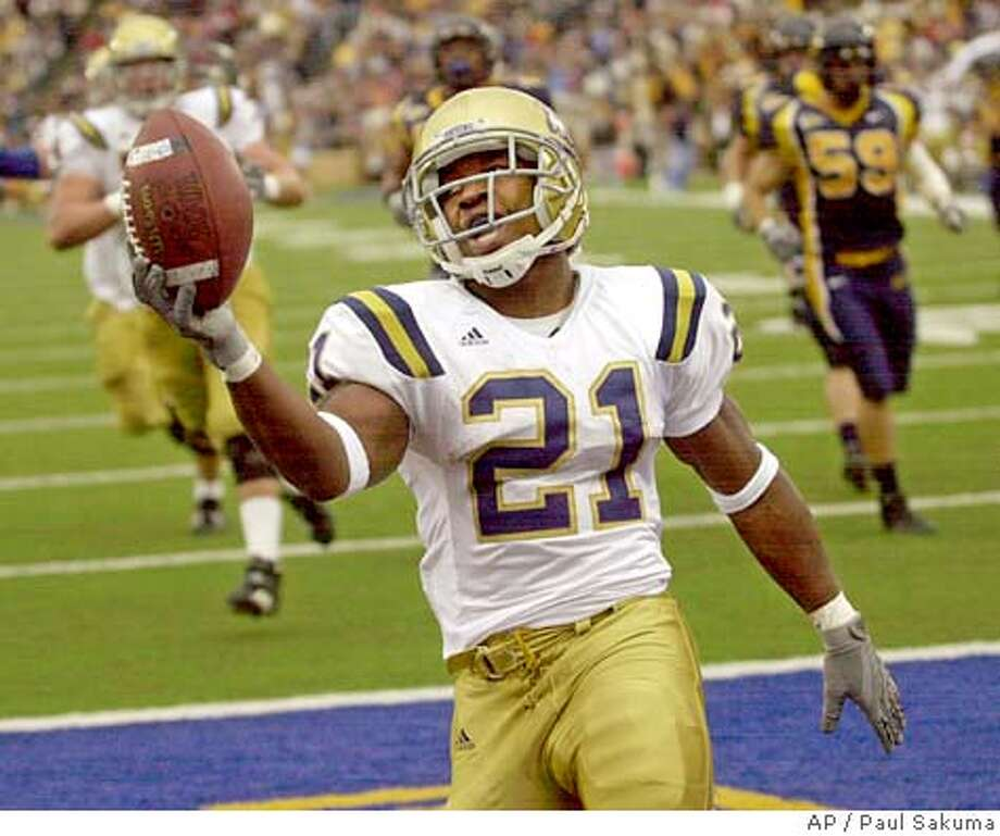 UCLA tailback Maurice Drew scores from the 27 yard line on a pass from quarterback Drew Olson against California in the second quarter, Saturday, Oct. 16, 2004 in Berkeley, Calif. (AP Photo/Paul Sakuma) Sports#Sports#Chronicle#10/29/2004#ALL#5star##0422417109 Photo: PAUL SAKUMA