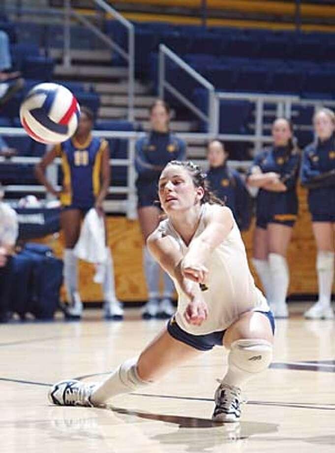 Photo of Cal volleyball player Jillian Davis, dig. Photo: Michael Pimentel