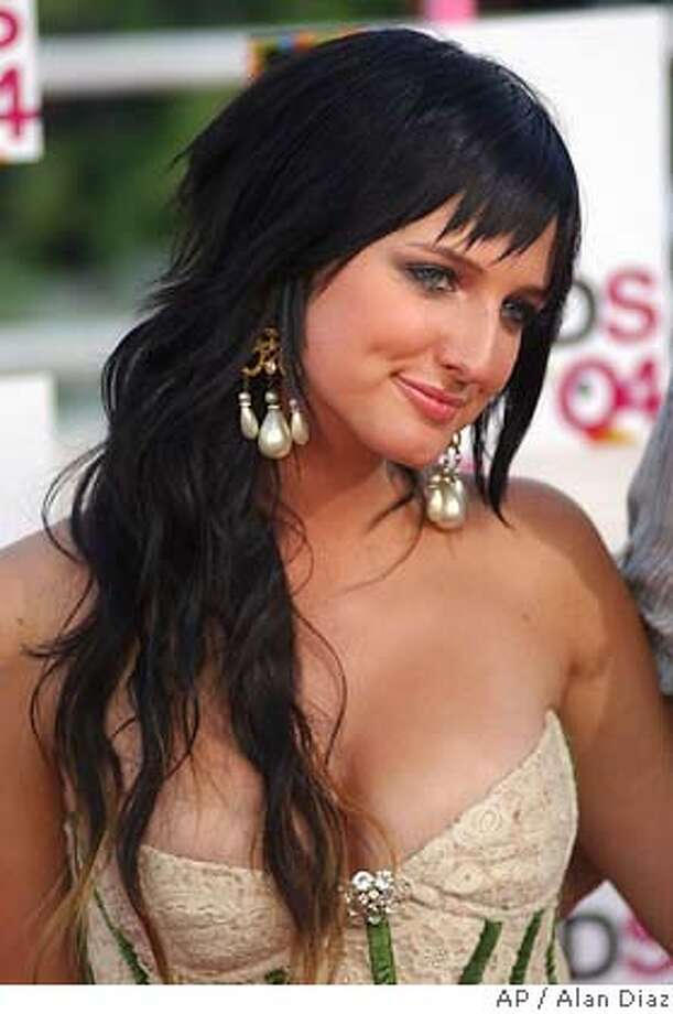 """** FILE ** Ashlee Simpson arrives at the MTV Video Music Awards in Miami, on Aug. 29, 2004. Simpson's """"extra help"""" may have been exposed when a """"Saturday Night Live"""" audience heard her voice _ singing the wrong song _ while she held a microphone at her waist. (AP Photo/Alan Diaz, File) Photo: ALAN DIAZ"""