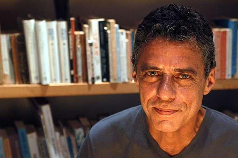 Photo of author Chico Buarque, BUDAPEST. BEL PEDROSA/ DIVULGACAO COMPANHIA DAS LETRAS BookReview#BookReview#Chronicle#10-24-2004#ALL#Advance#M6#0422413136 BookReview#BookReview#Chronicle#10-24-2004#ALL#Advance#M6#0422413136 Photo: BEL PEDROSA/ DIVULGA�AO