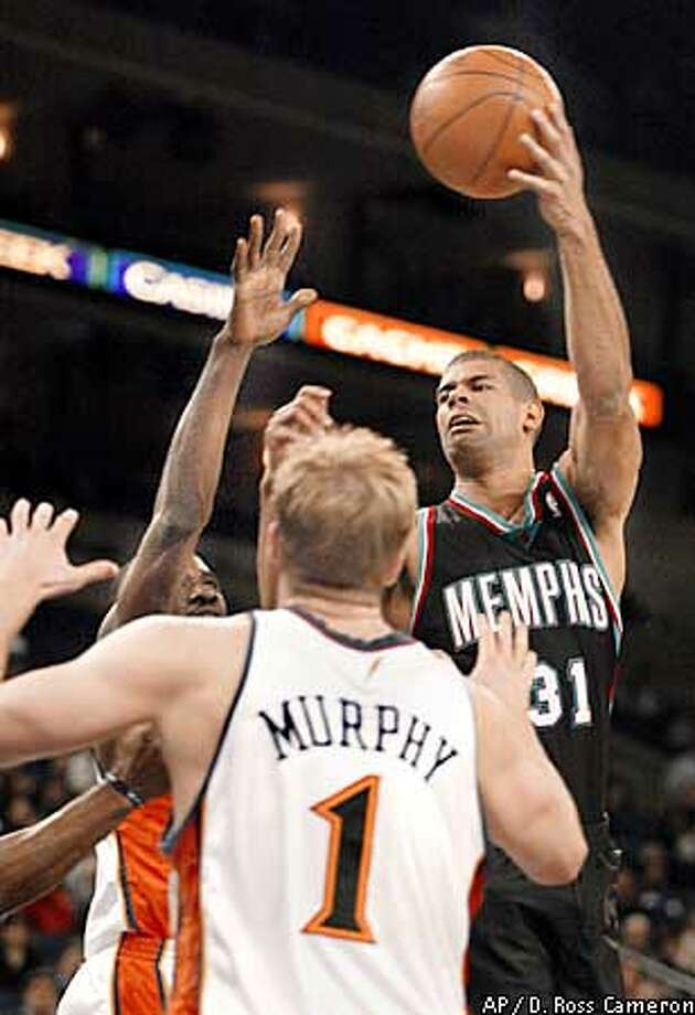 Memphis Grizzlies' Shane Battier, right, attempts to pass over Golden State Warriors defenders Jason Richardson, left, and Troy Murphy in the second quarter Monday, Jan. 13, 2003, in Oakland, Calif. (AP Photo/D. Ross Cameron) Photo: D. ROSS CAMERON