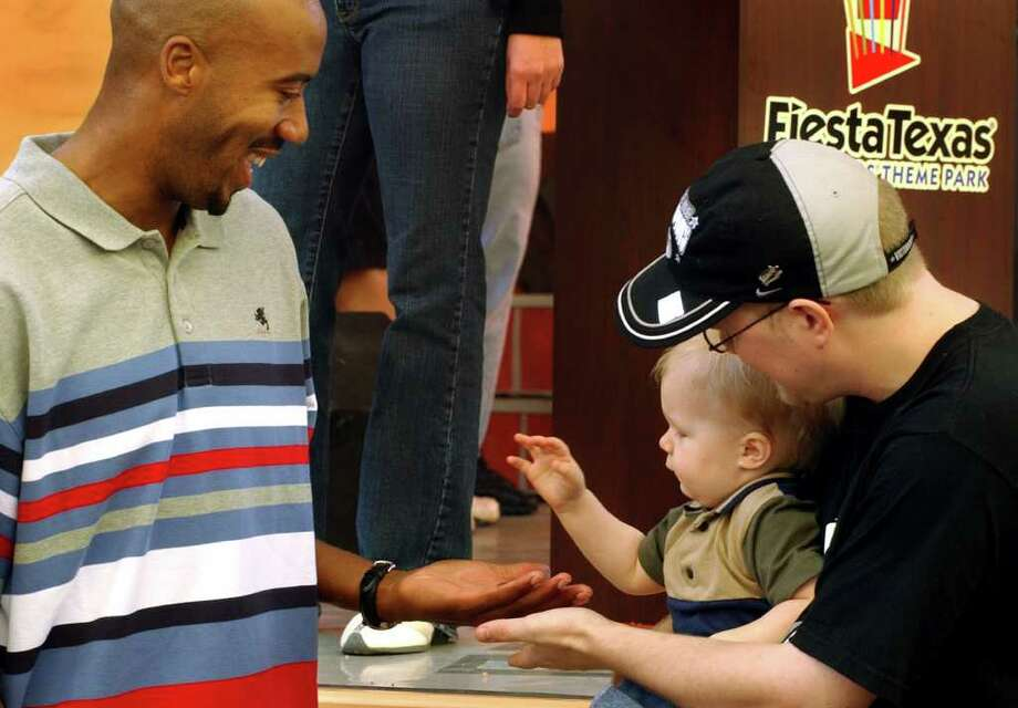 Spurs Bruce Bowen gets five from one 1 1/2 year old Micci Evans Sunday, September 21, 2003, at Fiesta Texas. Evans and his dad James Coffman, were at the park Sunday for Sports Day. GLORIA FERNIZ./STAFF Photo: GLORIA FERNIZ, Express-News / SAN ANTONIO EXPRESS-NEWS