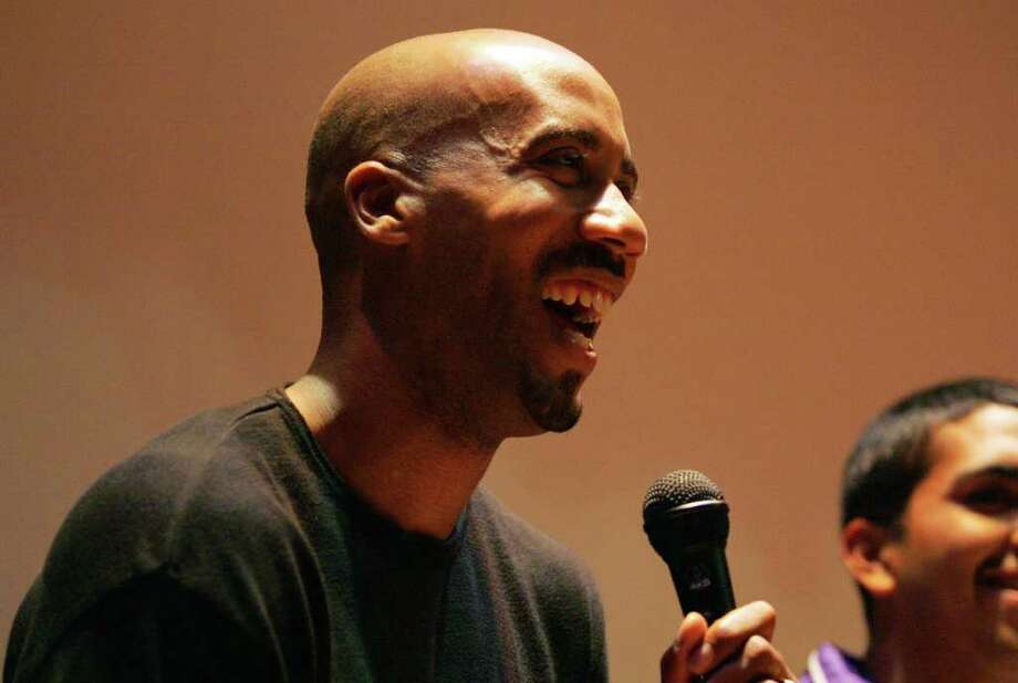 Bruce Bowen smiles as he takes questions from students after a motivational speech at Brackenridge High School on Friday, December 16, 2005. (Kin Man Hui/staff) Photo: KIN MAN HUI, Express-News / SAN ANTONIO EXPRESS-NEWS