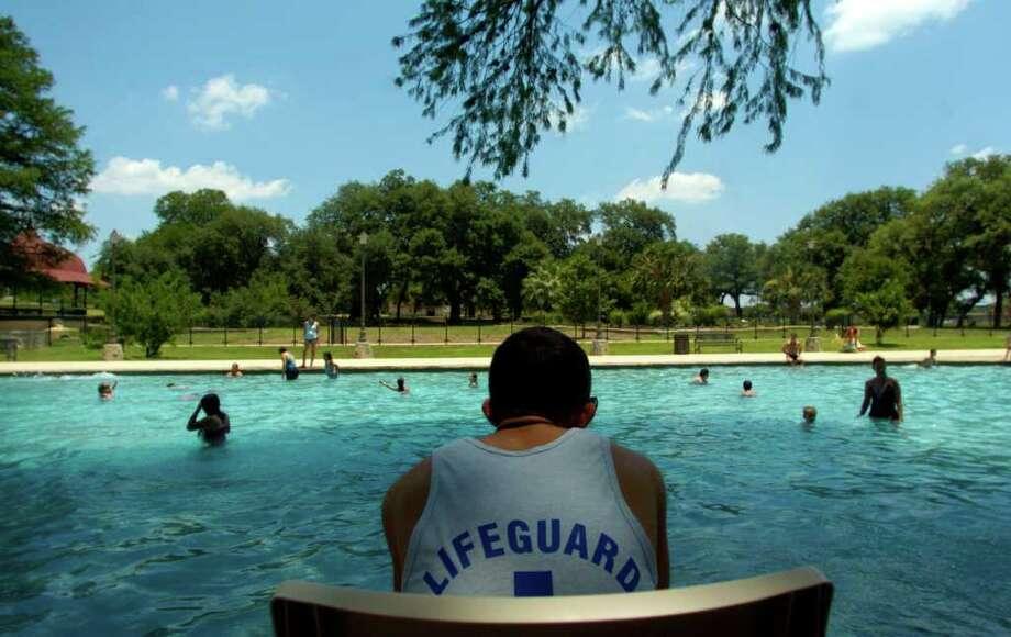 San Antonio public swimming pools open this weekend.  Photo: JOHN DAVENPORT, SAN ANTONIO EXPRESS-NEWS / SAN ANTONIO EXPRESS-NEWS