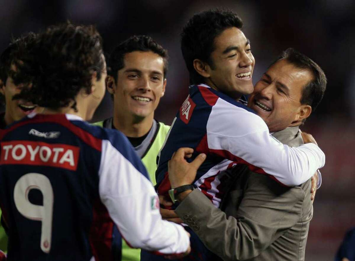 Mexico's Chivas Marco Fabian de la Mora (2nd R) celebrates with his team's coach Efrain Flores (R) and his teammates after scoring against Argentina's River Plate during their Copa Sudamericana football match at Monumental stadium on October 22, 2008. AFP PHOTO/Alejandro PAGNI (Photo credit should read ALEJANDRO PAGNI/AFP/Getty Images)