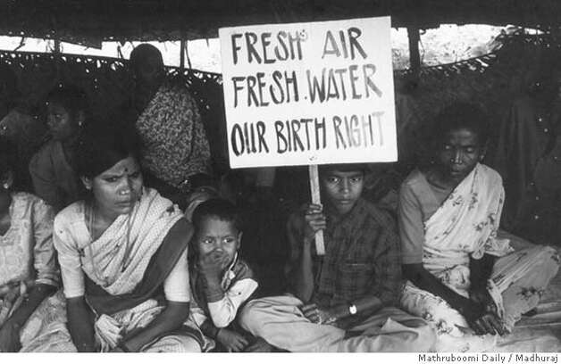 Plachimada villagers protest outside Coca-Cola's plant February 2004. Credit: Madhuraj (subs: one name only)/ 'Mathruboomi Daily' newspaper. Photo: Madhuraj