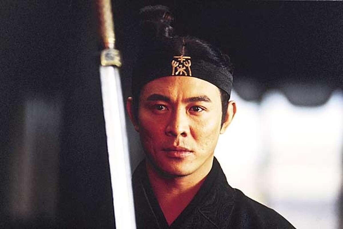 HERO27_001.JPG Jet Li as NAMELESS in Zhang Yimou�s HERO. / MIRAMAX FILMS