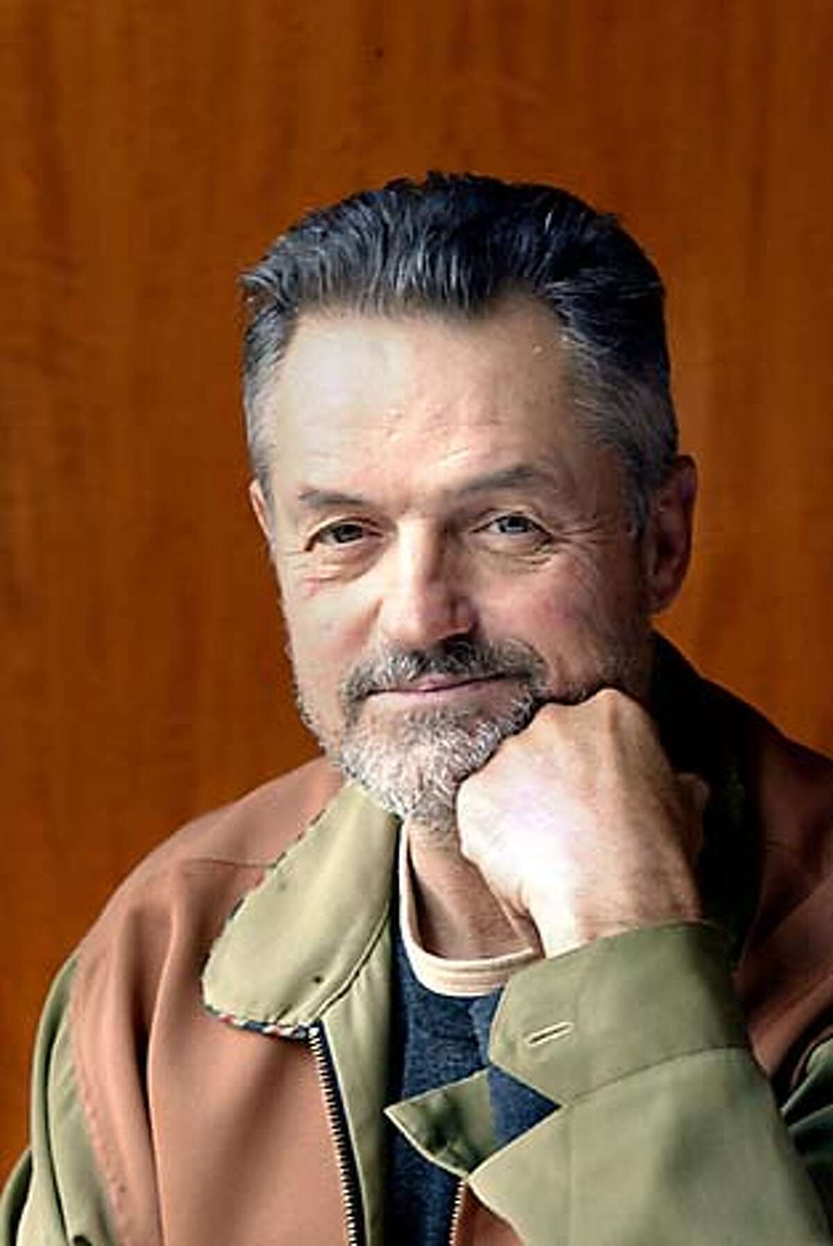 """DEMME23c-C-16OCT02-DD-LH--Director Jonathan Demme doing a new movie called """"The Truth About Charlie"""" which is based on the book """"Charade"""". (PHOTOGRAPHED BY LIZ HAFALIA/THE SAN FRANCISCO CHRONICLE)"""