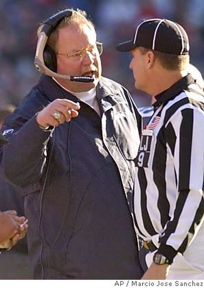 Seattle Seahawks head coach Mike Holmgren, left, argues with line judge Mark Perlman in the first half of the Seahawks' 24-17 win against the San Francisco 49ers in San Francisco on Saturday, Dec. 27, 2003. (AP Photo/Marcio Jose Sanchez) Seahawks coach Mike Holmgren is no stranger to the frozen tundra. ProductName	Chronicle Photo: MARCIO JOSE SANCHEZ