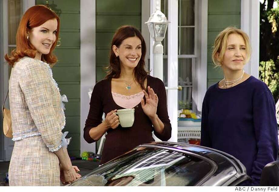 "GOODMAN01 DESPERATE HOUSEWIVES - ""Pretty Little Picture"" -- The women decide to go ahead with the big dinner party the late Mary Alice had planned to host. (ABC/DANNY FELD)  ABC / Danny Feld Ran on: 10-01-2004  In &quo;Desperate Housewives&quo; the neighbors decide to go ahead with the big dinner party that the late (suicidal) Mary Alice had planned to host. Photo: DANNY FELD"