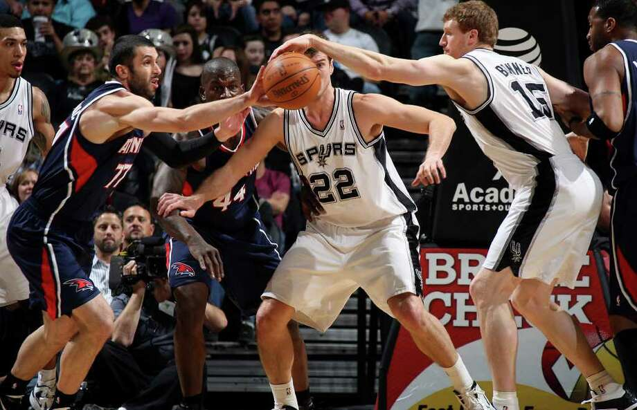 Spurs forward Matt Bonner, right, tries to steal a rebound from Atlanta Hawks forward Vladimir Radmanovic during the first half at the AT&T Center, Wednesday, Jan. 25, 2012. Jerry Lara/San Antonio Express-News Photo: Jerry Lara, Express-News / © San Antonio Express-News