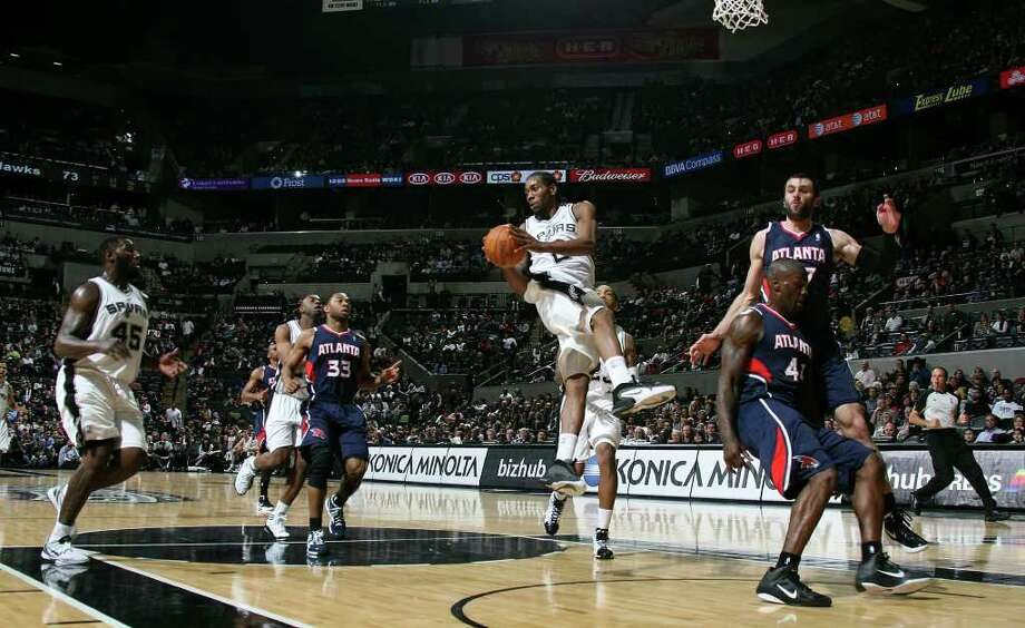 Spurs forward Kawhi Leonard passes out to center DeJuan Blair, left, during the second half against the Atlanta Hawks at the AT&T Center, Wednesday, Jan. 25, 2012. The Spurs won 105-83. Jerry Lara/San Antonio Express-News Photo: Jerry Lara, Express-News / © San Antonio Express-News