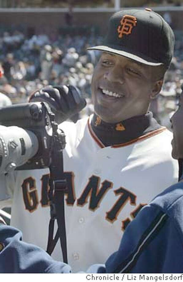 Event on 6/24/04 in San Francisco.  Giant's slugger Barry Bonds looks through a photographer's camera before the game.  Giants beat the LA Dodgers to sweep the Dodgers in four games at SBC Park.  Liz Mangelsdorf / The Chronicle Photo: Liz Mangelsdorf