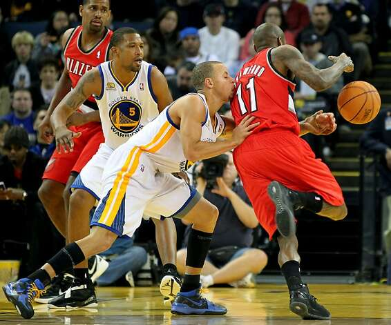 Golden State Warriors' Stephen Curry (30) reaches in and forces a turn over against Portland Trail Blazers Jamal Crawford (11) during the first half of their NBA basketball game in Oakland, Calif., Wednesday, January 25, 2012. Photo: Lance Iversen, The Chronicle