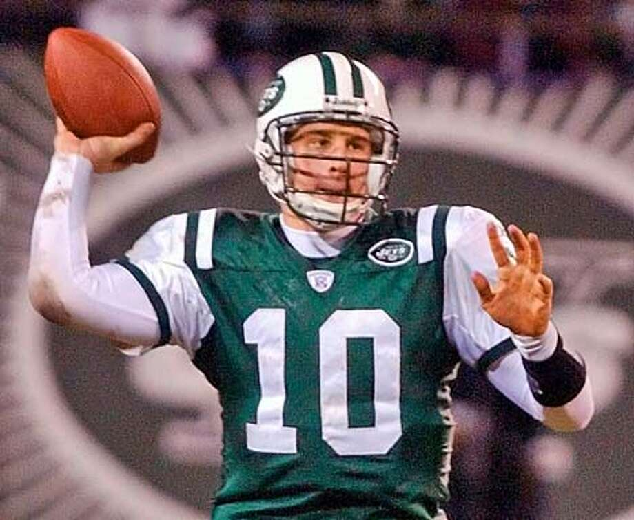 **ALTERNATE CROP**New York Jets quarterback Chad Pennington throws a pass during the third quarter against the Indianapolis Colts in the AFC wild card game at Giants Stadium Saturday, Jan. 4, 2003, in East Rutherford, N.J. The Jets beat the Colts, 41-0. (AP Photo/Frank Franklin II) CAT Sports#Sports#Chronicle#10/17/2004#ALL#2star##421835257 Photo: FRANK FRANKLIN II