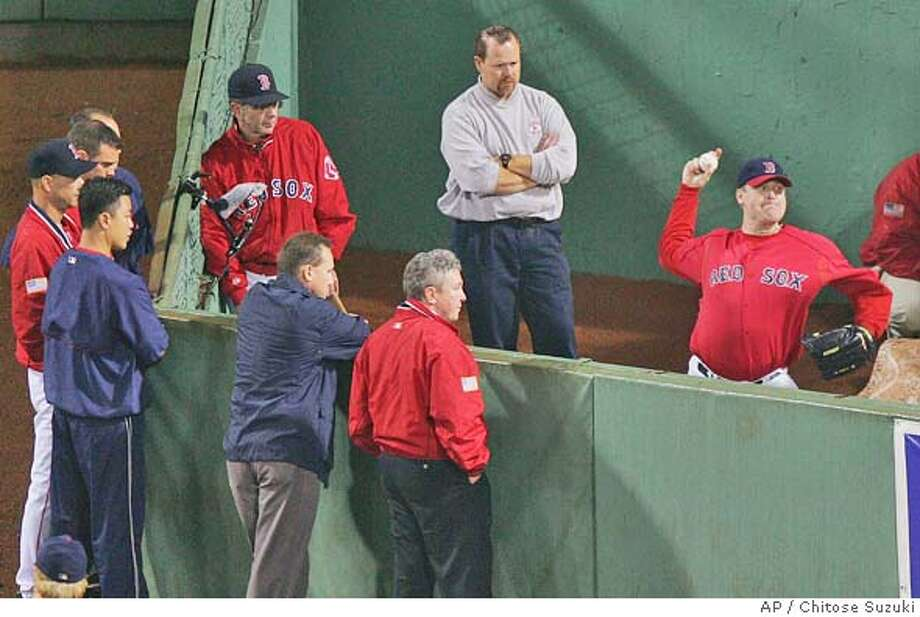 Boston Red Sox' Curt Schilling, right, throws in the bullpen at Boston's Fenway Park field before game three of the ALCS with the New York Yankees, Friday, Oct. 15, 2004. (AP Photo/Chitose Suzuki) Sports#Sports#Chronicle#10/16/2004#ALL#5star##0422415489 Photo: CHITOSE SUZUKI