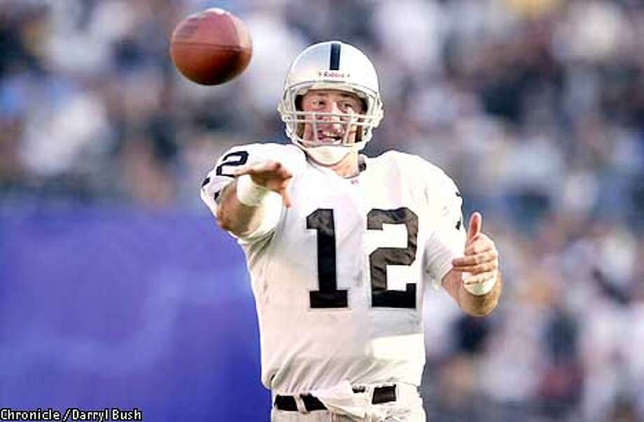 RAIDERSG-C-08NOV02-SP-DB Oakland Raiders Rich Gannon shovels a pass in the 2nd qtr vs. San Diego Chargers at Qualcomm Stadium in San Diego. CHRONICLE PHOTO BY DARRYL BUSH