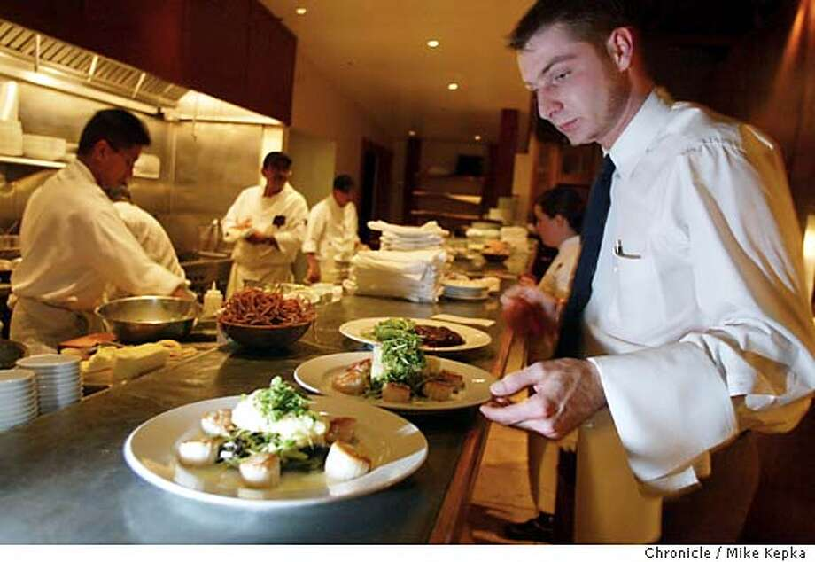 d14oak0129_mk.jpg  Oak City BAr and Grill server Wolfgang Kuenecke prepares dinner entrees on a busy Friday night.  Oak City Bar and Grill in Menlo Park. 11/21/03 in Menlo Park MIKE KEPKA/The San Francisco Chronicle MANADATORY CREDIT FOR PHOTOG AND SF CHRONICLE/ -MAGS OUT Datebook#Datebook#SundayDateBook#10-10-2004#ALL#Advance##0421499180 Photo: MIKE KEPKA