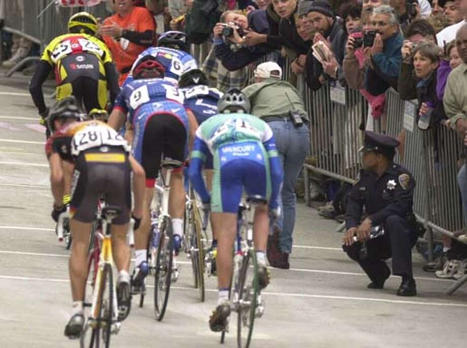 GRANDPRIX-C-09SEP01-SP-JRS-The grand Prix bicycle race in San Francisco. The riders climb the Fillmore Street Hill as the crowd cheers them on. Chronicle Photo by John Storey. Photo: John Storey