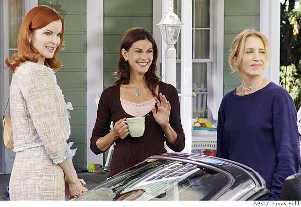 """GOODMAN01 DESPERATE HOUSEWIVES - """"Pretty Little Picture"""" -- The women decide to go ahead with the big dinner party the late Mary Alice had planned to host. (ABC/DANNY FELD) Datebook#Datebook#Chronicle#10/01/04#ALL#Advance##0422382474"""
