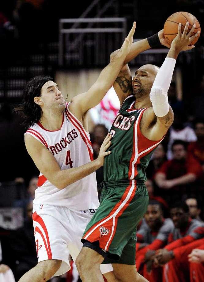 Luis Scola (4) defiende frente a Drew Gooden en la derrota de los Rockets frente a Milwaukee el 25 de enero de 2012 en Houston. Los Bucks ganaron 105-99. Photo: Pat Sullivan / AP