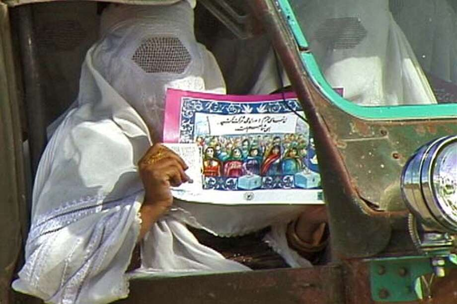 AFGHAN24_001.JPG Burqa - Election poster. / HANDOUT Datebook#Datebook#Chronicle#9/24/2004##Advance##0422368010
