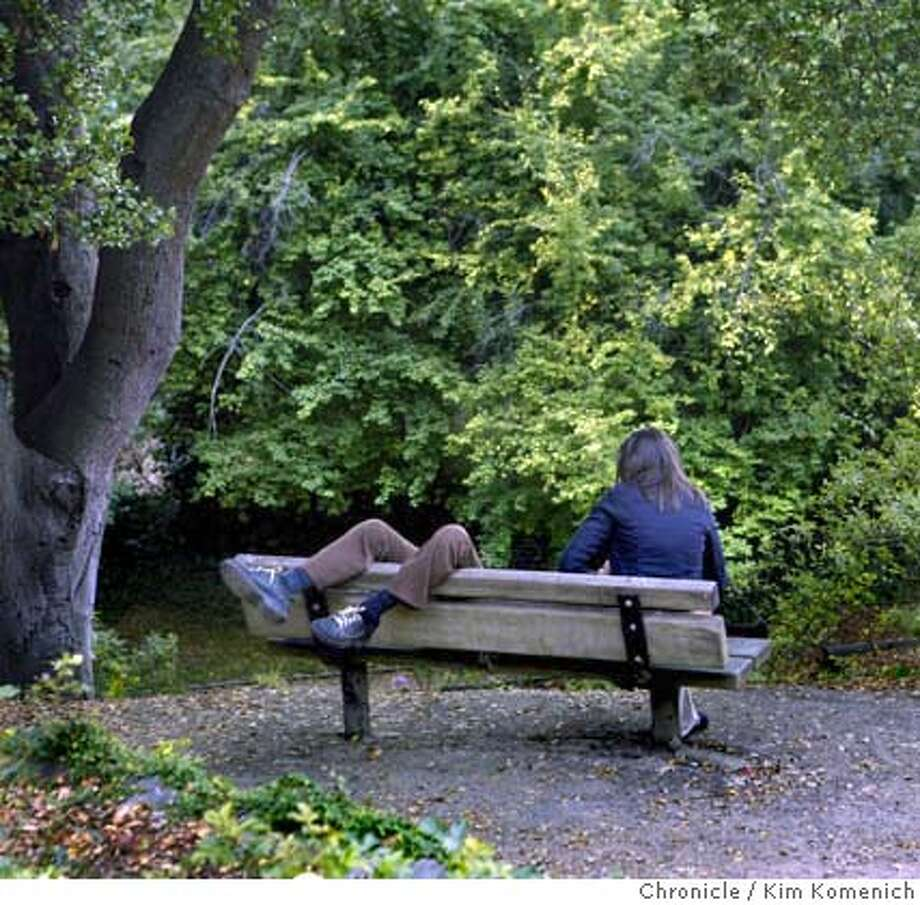 Unidentified couple relaxes on one of the benches at the Berkeley Rose Garden.  Feature pictures at the Berkeley Rose Garden on Euclid. Photo by Kim Komenich in Berkeley Photo: Kim Komenich