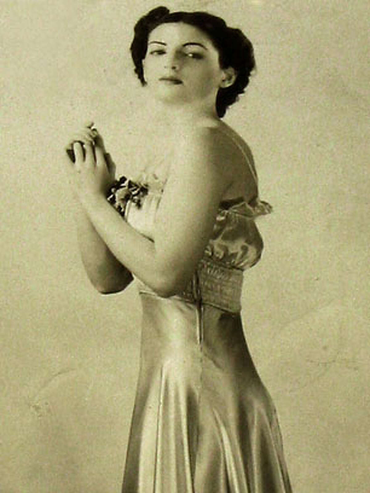 Photo of Esther Weintraub as a model, for obit of 89 yearold Jewish comic.