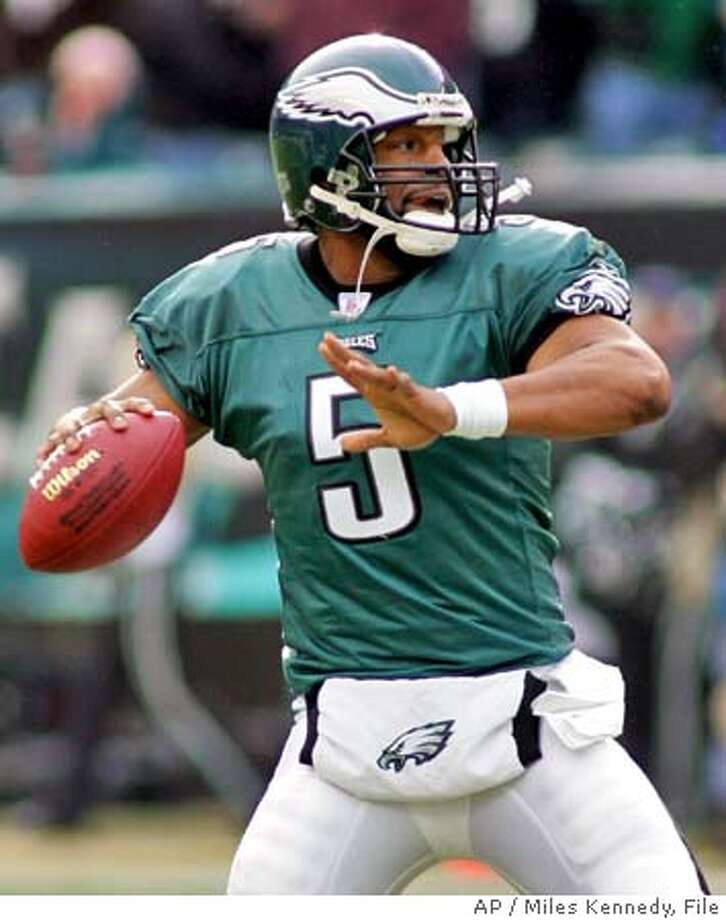 ** FOR USE AS DESIRED WITH SUPER BOWL XXXIX STORIES ** Philadelphia Eagles quarterback Donovan McNabb looks downfield for a receiver during the NFC divisional playoff game against the Minnesota Vikings in this Jan. 16, 2005 photo in Philadelphia. (AP Photo/Miles Kennedy) ** FOR USE AS DESIRED WITH SUPER BOWL XXXIX STORIES ** Photo: Miles Kennedy