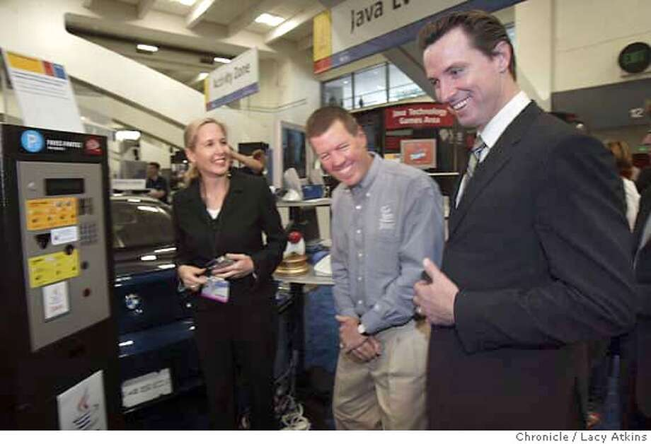 "Sun Microsystems Chairman and CEO Scott McNealy,center meets with San Francisco Mayor Gavin Newsom and shows him the Java One gadgets, ""Payez-Partez pay and Go"" at the firm's Java One conference at the San Francisco Moscone. Center, June 29, 2004. Women on left is not known LACY ATKINS / The Chronicle Photo: LACY ATKINS"