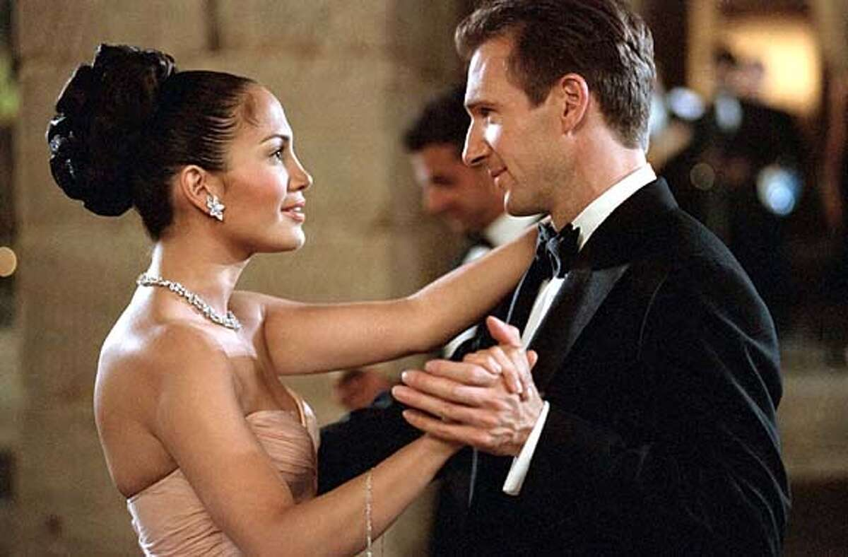 Hotel maid (Jennifer Lopez) meets rich guy (Ralph Fiennes) in