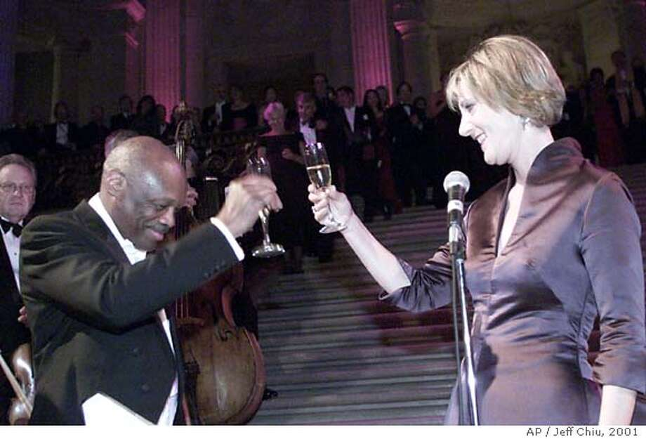 RIGOLET09C-C-08SEP01-DD-JC-- New Opera General Director Pamela Rosenberg and Mayor Willie Brown toast at the gala reception at City Hall just after midnight on Saturday morning in San Francisco. Photo by Jeff Chiu / The Chronicle. Photo: Jeff Chiu