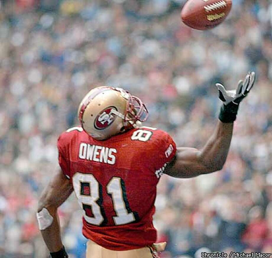 49ers 81- Terrell Owens juggles the ball in the endzone then recover to make the catch for a TD in the 4th quarter. San Francsico Forty Niners v. Dallas Cowboys at Texas Stadium, Irving, Texas, Dec. 8, 2002. by Michael Macor/The Chronicle Photo: MICHAEL MACOR