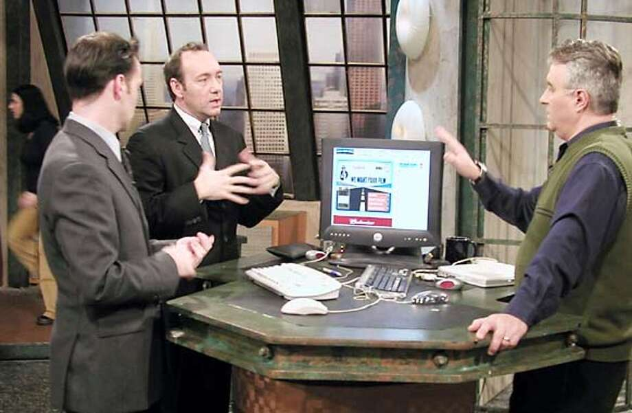 THIS IS A HANDOUT IMAGE. PLEASE VERIFY RIGHTS. Kevin Spacey discusses with Leo Laporte on the set of The Screen Savers on TechTV. Photo: HANDOUT