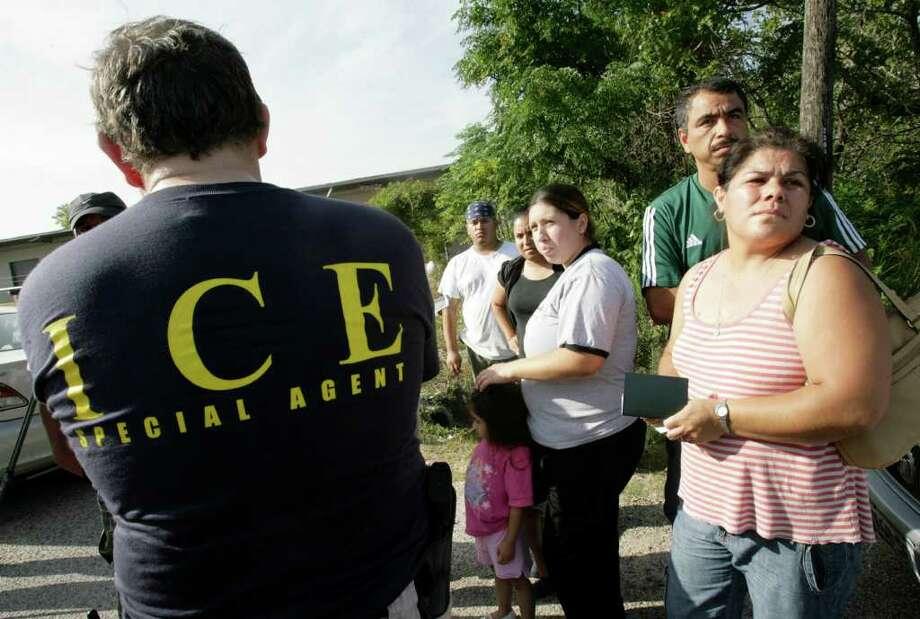 Estrategia diferente: en el pasado, los agentes federales de inmigración centraban sus acciones en redadas en los centros de trabajo, como ésta realizada en la empresa Action Rags USA en junio de 2008 en Houston. Photo: Julio Cortez / Houston Chronicle