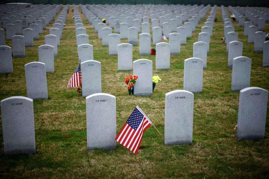 Errores en lápidas de cementerio militar en Houston. Photo: Michael Paulsen / © 2011 Houston Chronicle