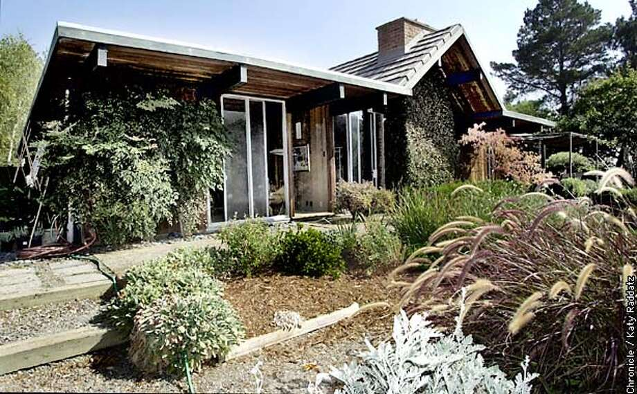 EICHLER02e-C-20OCT02-HM-RAD  PHOTO BY KATY RADDATZ--THE CHRONICLE  Local (Marin Cnty.) push to save the integrity of 50-yr-old Eichler m�